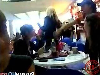 Русские пикаперы трахнули в ресторане