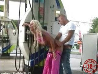 Пикаперы трахнули блондинку в опасно газ