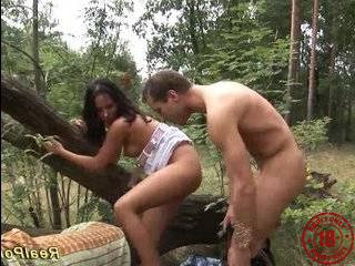 Два пикапера трахнули девушку в лесу длительное видео