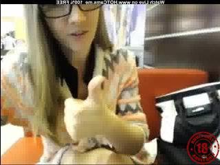 Русские пикаперы и блондинка в очках в кафе