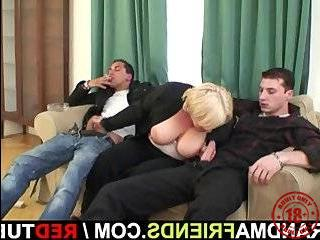 Два пикапер трахают блондинку в подезде